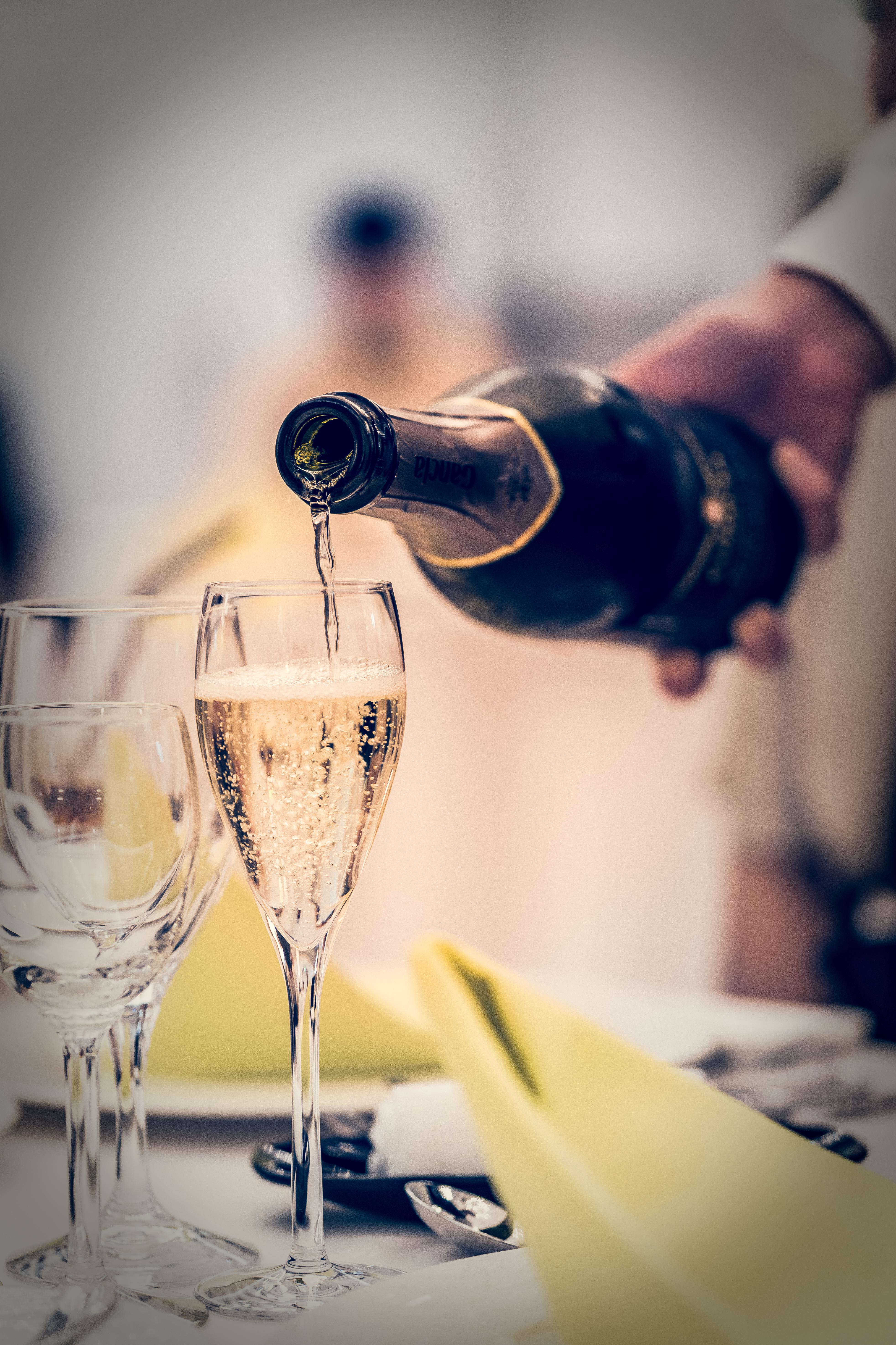 乾杯グラスに注がれるシャンパン
