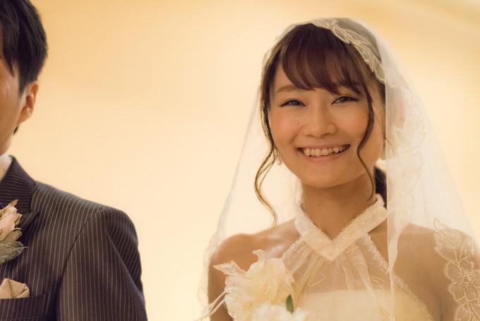 ドレスを着た笑顔の花嫁