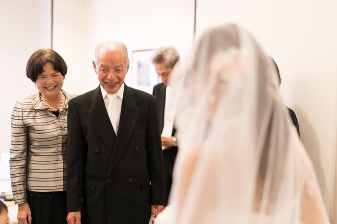 花嫁を前に笑顔の親族
