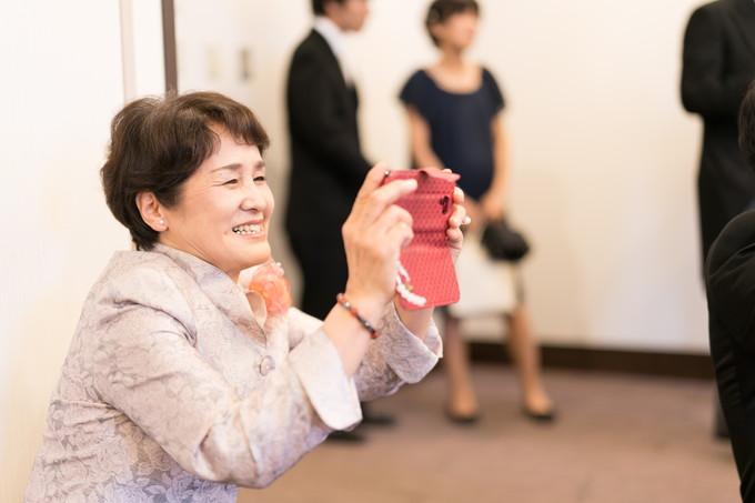 笑顔で写真を撮る伯母