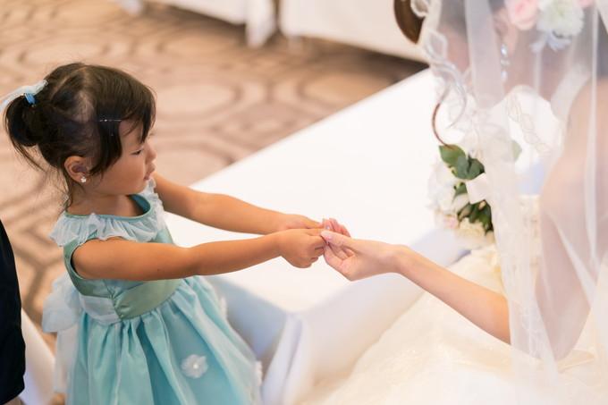 花嫁にネイルを見せる姪っ子