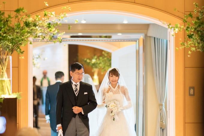 チャペルに入場する父と花嫁