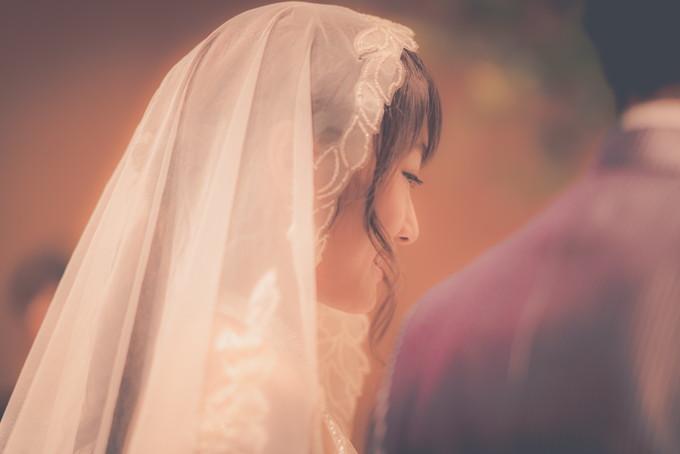 聖歌を歌う花嫁の横顔