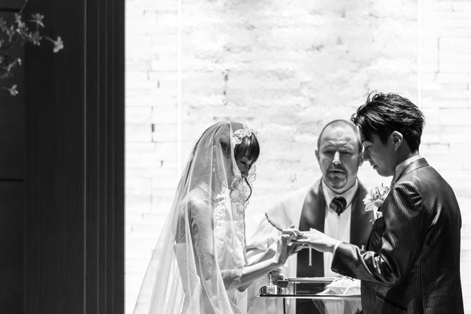 新郎の指に結婚指輪をはめる花嫁