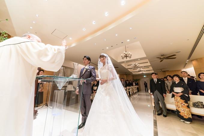 牧師から結婚宣言をうける新郎新婦
