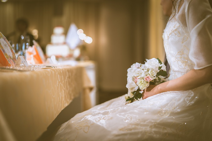 高砂に座る花嫁の手元