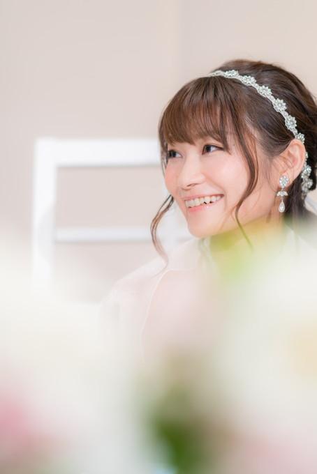 祝辞を受けて笑顔の花嫁