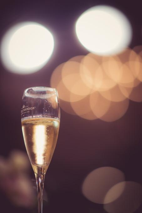シャンパンの入った乾杯グラスと玉ボケ