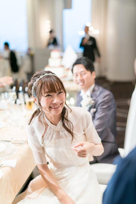 友人と楽しそうに会話する花嫁
