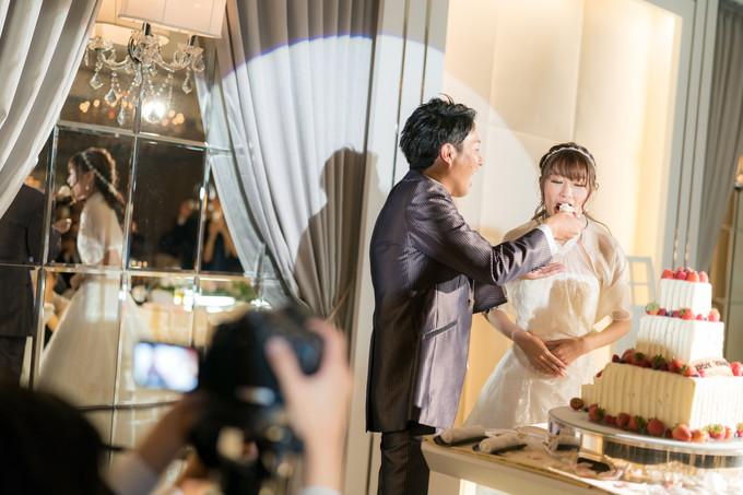 花嫁にうなぎパイでファーストバイトをする新郎