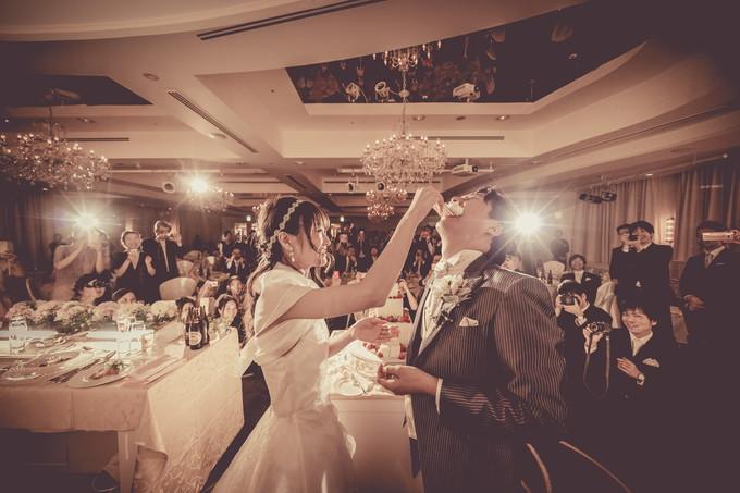 うなぎパイで新郎にファーストバイトをする花嫁