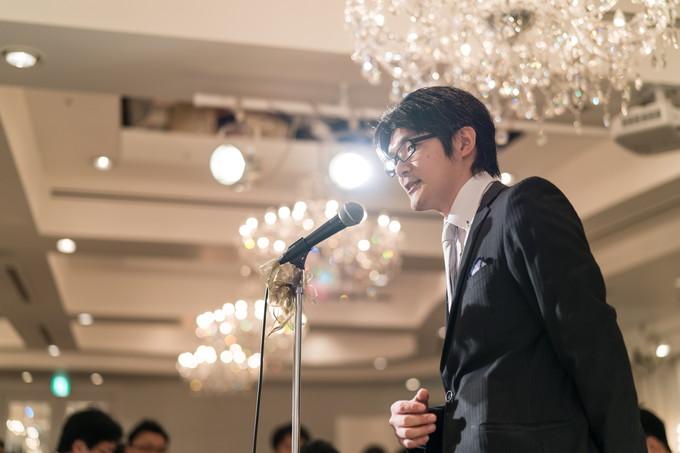 新郎側友人を代表してスピーチをする友達