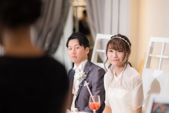 友人スピーチに感動する花嫁