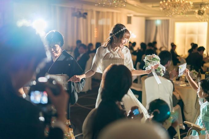 大切な人にエスコートされて中座する花嫁