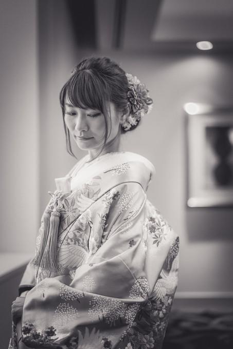 目線を落としてポーズする和装姿の花嫁