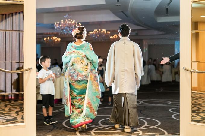 和装で披露宴会場に入場する新郎新婦の後ろ姿