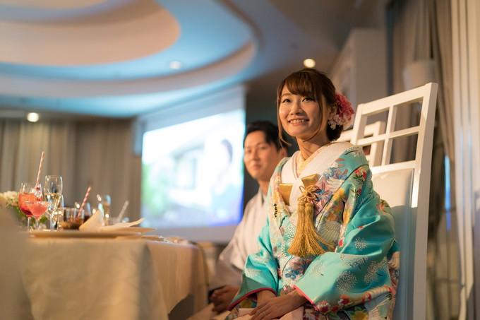 新婦友人の余興を楽しそうに見る花嫁