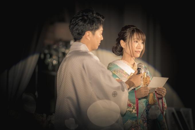 両親に感謝の手紙を読む花嫁