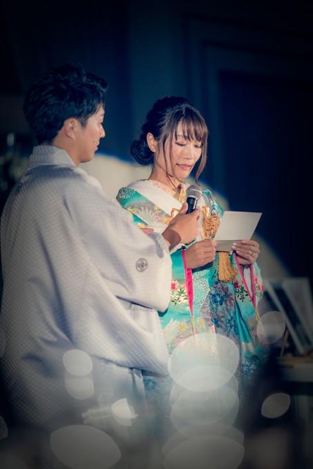 両親に感謝の手紙を読む花嫁と綺麗な玉ボケ