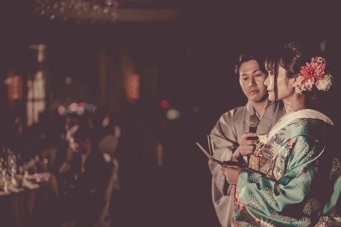 両親に感謝の手紙を読む花嫁の横顔