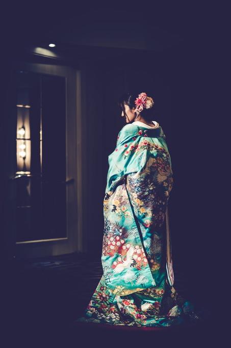 色打掛を着た花嫁の後ろ姿