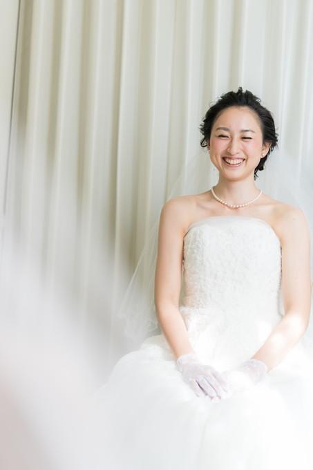 鏡の前で笑顔の花嫁さん