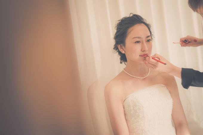 鏡越しに花嫁のリップシーンの写真撮影
