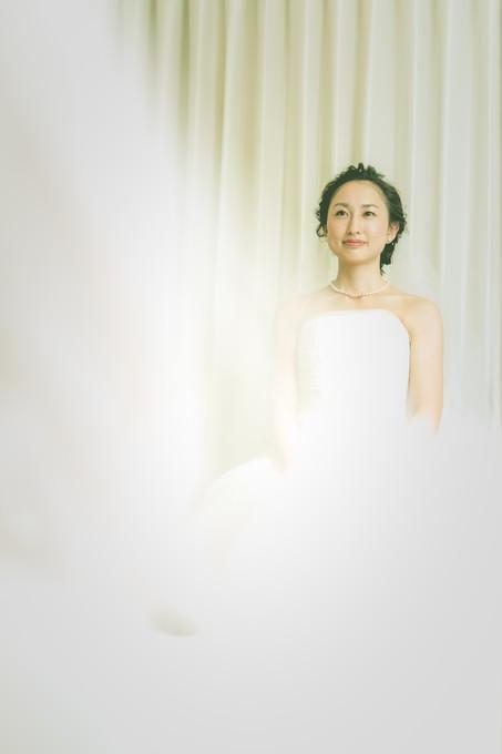 鏡の前で座って自身を見つめる花嫁