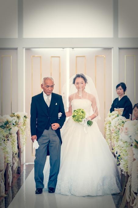 バージンロードを歩く父と花嫁