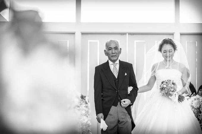 バージンロードを歩く父と花嫁をモノトーンで