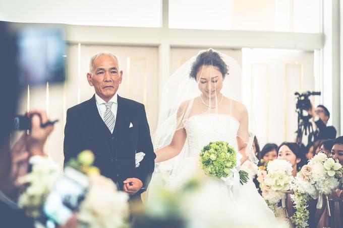 花嫁の横で真剣な父の表情