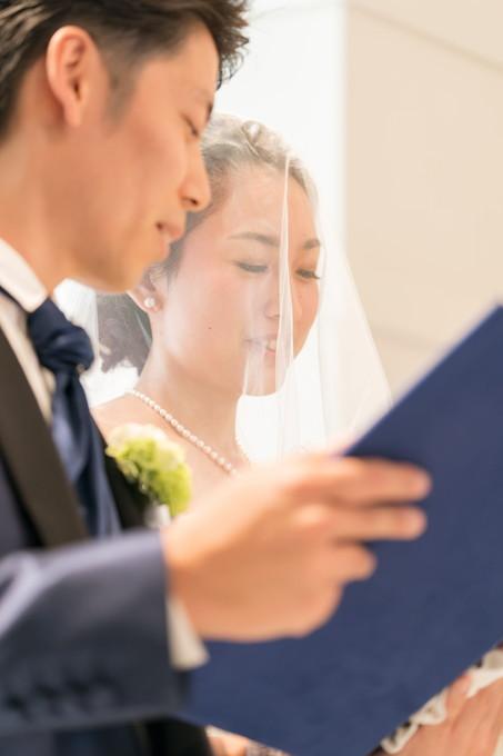 笑顔で誓いを立てる花嫁
