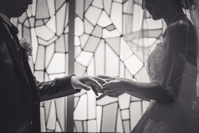結婚指輪を交換する新郎新婦の手元