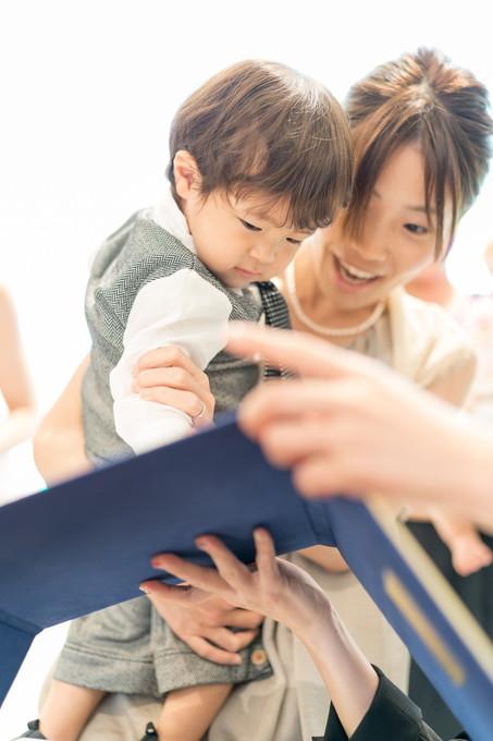 誓約書に拇印をする友人の息子