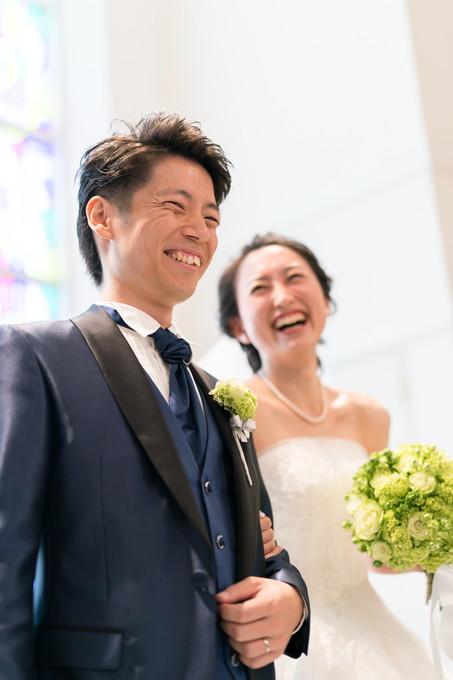 誓約後の笑顔の新郎新婦
