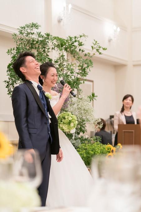 笑顔でウェルカムスピーチをする花嫁