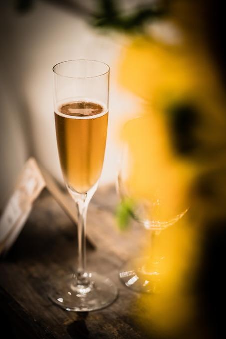シャンパンの入った乾杯グラス