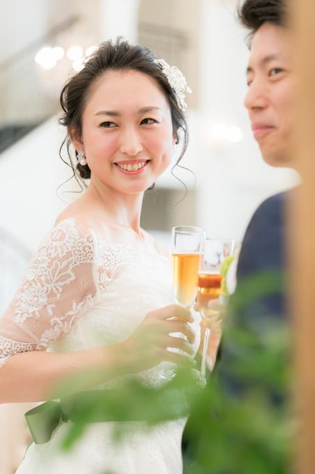 笑顔で乾杯する花嫁