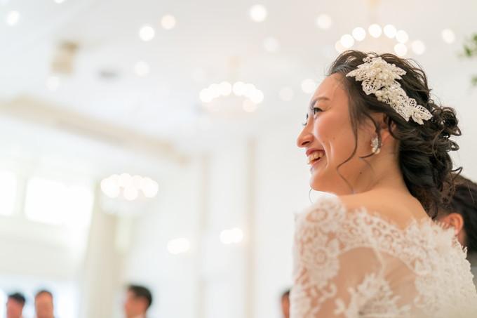 友人スピーチに笑顔の花嫁