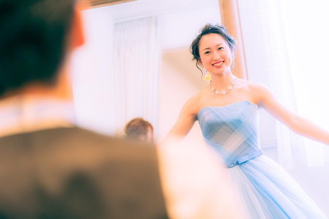 新郎にカラードレスを見せる花嫁
