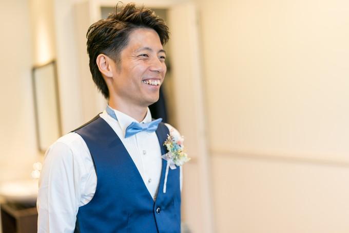 花嫁を見て笑顔の新郎