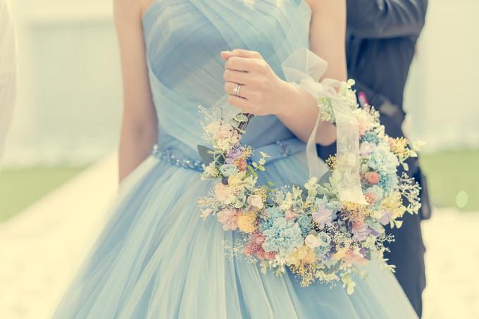 花嫁の持つリース型ブーケ