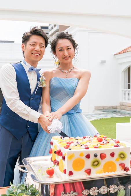 ウェディングケーキに入刀する新郎新婦