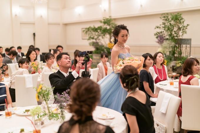 両親に花束を贈呈する花嫁