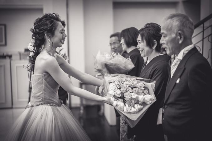 母に花束を渡す花嫁
