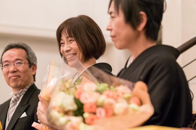 花束を受けて笑顔の新郎母