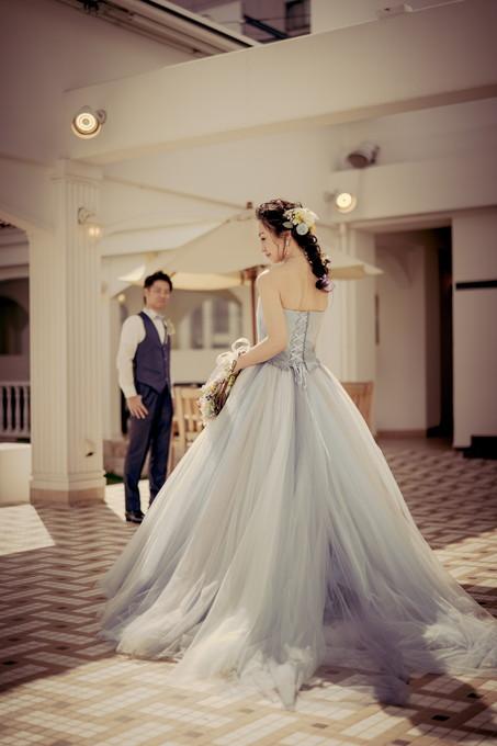 カラードレスで花嫁の後ろ姿