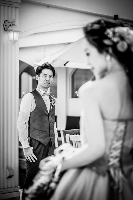 花嫁を優しく見つめる新郎