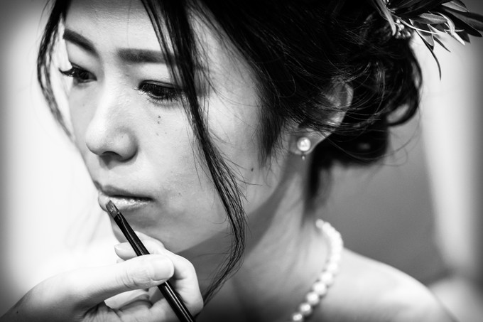 モノクロで花嫁のリップシーンの写真撮影