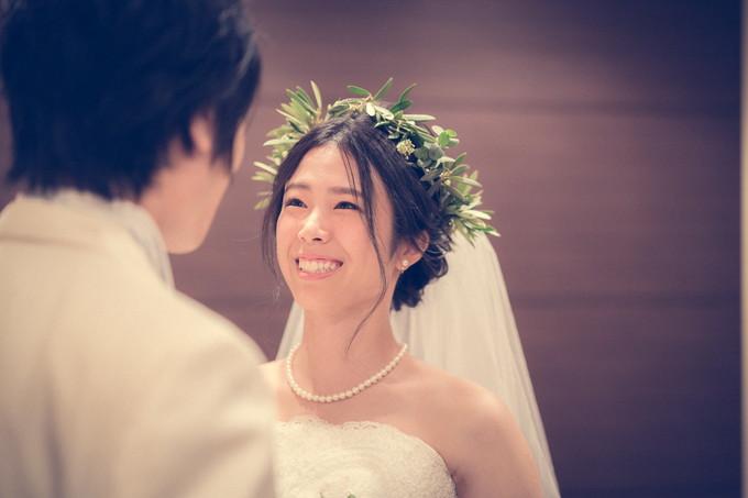 見つめ合って思わず笑みがこぼれた花嫁さん
